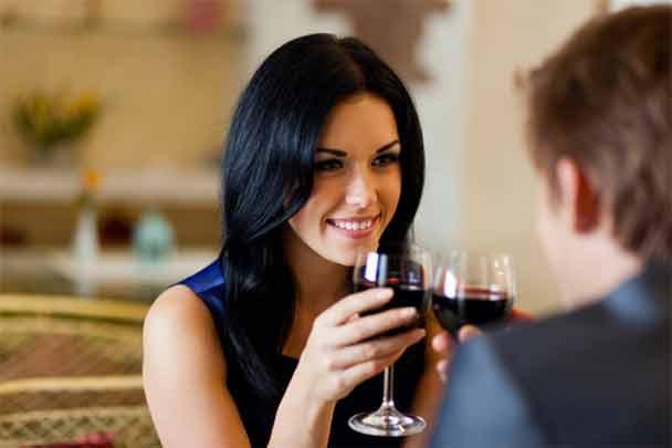 Phụ nữ xinh đẹp như ly rượu, đàn bà thông minh tựa tách như trà