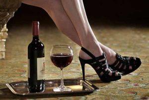 Phụ nữ xinh đẹp tựa như rượu, đàn bà thông minh tựa như trà
